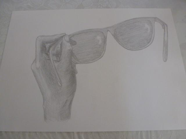 左手とサングラス