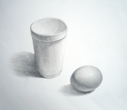茶色の卵と発泡スチロール製のコップ