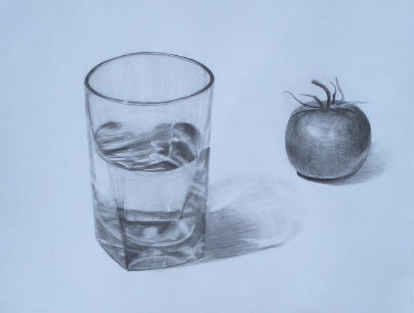 水の入ったグラスとトマト
