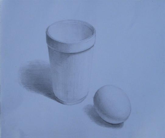白い卵と発泡スチロールのコップ