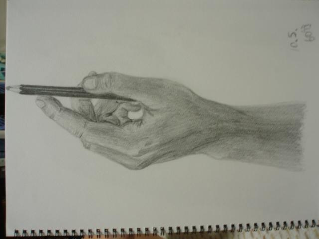 鉛筆を持った手