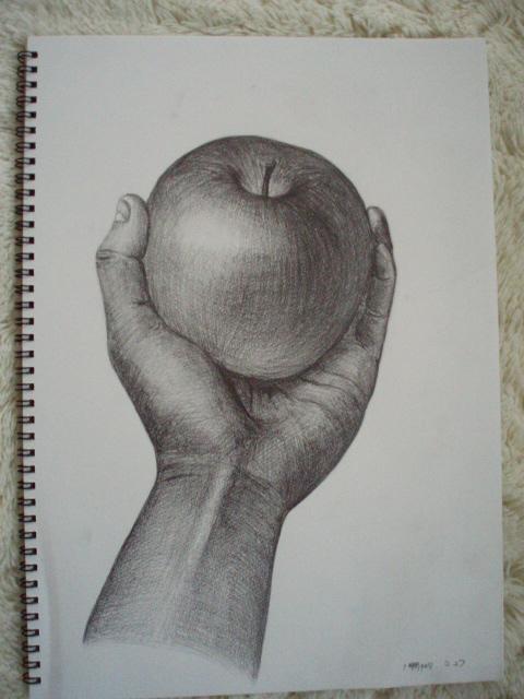 林檎を持つ手
