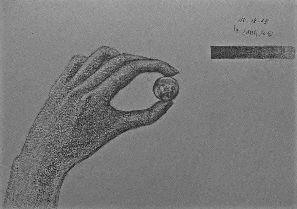 手とビー玉